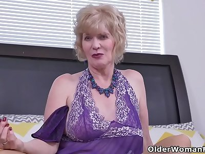Over 60 gilf Penny from the USA fingers her old cunt